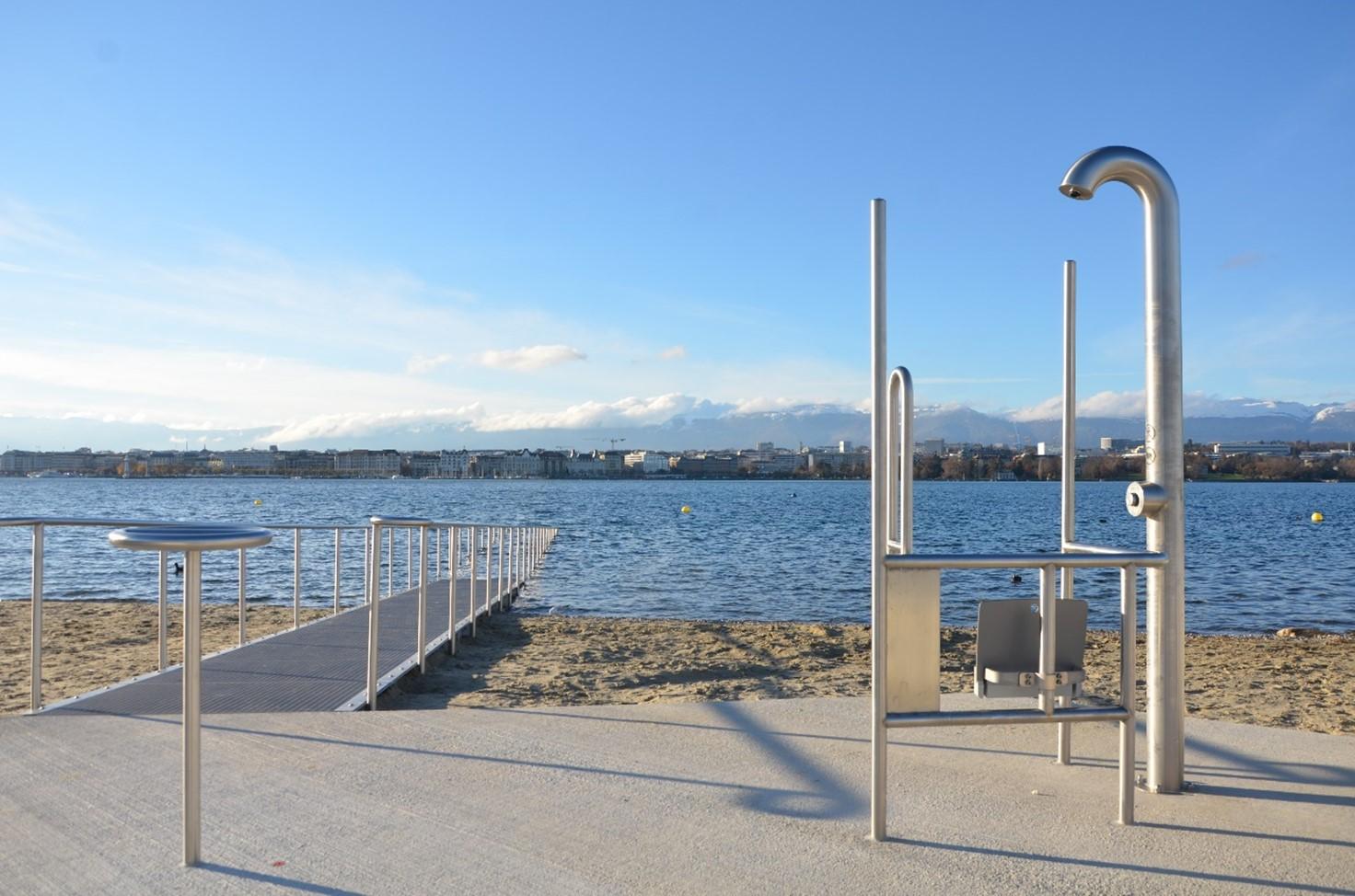Photo de la plage des Eaux-Vives, de la rampe d'accès au lac et douche accessibles